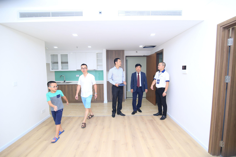Khách hàng háo hức nhận bàn giao căn hộ tại Rivera Park Hà Nội